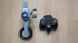 Im Vergleich zum Original-Controller ist die N64-Angel wirklich groß - das Gewicht geht aber erstaunlicherweise trotzdem klar. (Credits: Johannes Gehrling)